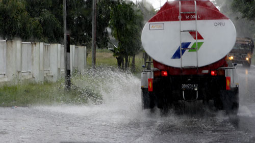 Rain on the Indonesian road - North Sulavesi